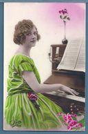 CPA - JEUNE FEMME AU PIANO - Women