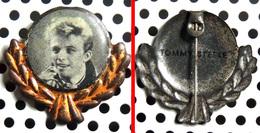 ANCIEN Badge (pas Pin's) De L'acteur & Chanteur TOMMY STEELE Fabrication Anglaise Des Années 50 - Music