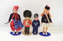 Lot 4 Poupées Vintage, Années 1960 - 1980. Bobby, Garde De La Reine, Cantinière, Cossac ? - Dolls