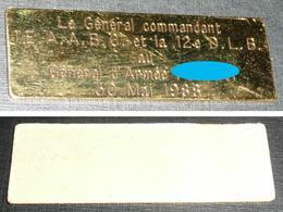 Rare Petite Plaque En Métal Doré, Général Commandant L'EAABC Et La 12e D.L.B. à Un Gal D'Armée, 1988 - Army & War