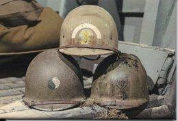Militaria WW2 - Magnet - 3 Casques US Avec Insignes D'unités Ayant Débarqué Le 6 Juin 1944 - Unclassified