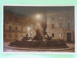"Italia Around 1920 Postcard """"Siracusa - Archimede Piazza - Fontein - By Night"""" - Italy"