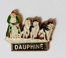 Pin's Chiens De Traineaux Dauphiné Signé Martineau - 44R - Badges