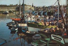 29 - CONCARNEAU - Devant Le Beffroi De La Ville Close, Les Bateaux De Pêche - Concarneau
