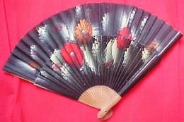 Ancien EVENTAIL  BOIS & TISSU PEINTS , FLEURS / Fond Noir  ANNEES 40 ' . VINTAGE FAN WOOD & COTOON HAND PAINTED FLOWERS - Eventails