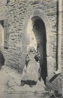 LE CONQUET Femme Filant De La Laine à La Quenouille - Le Conquet