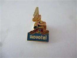 PINS BD ASTERIX NOVOTEL  / Signé  CORNER 1991 Goscinny Underzo / 33NAT - Comics