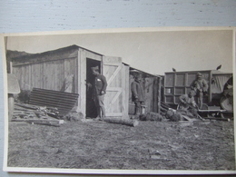 SOLDATS AU BARAQUEMENT / CARTE PHOTO - Guerre 1914-18