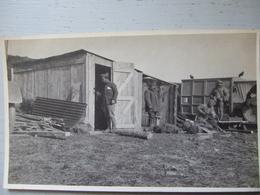 SOLDATS AU BARAQUEMENT / CARTE PHOTO - Guerra 1914-18