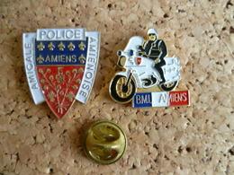 Lot De 2 Pin's ** Police  Amiens + BMU - Brigade Motorisée Urbaine ** Moto - Police