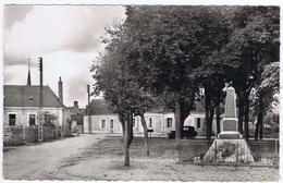 72 - Challes (Sarthe) - Un Coin De La Place Et Le Monument Aux Morts - Francia