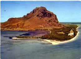 L'ILE MAURICE - MAURITIUS - Le Morne Dans L'éblouissante  Clarté De Son Lagon - Mauritius