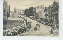 ROYAUME UNI - ENGLAND - BERKSHIRE - WINDSOR - The King Driving Down Castle Hill - Windsor