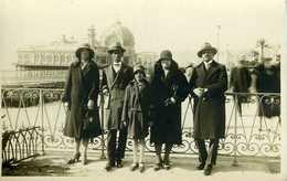 Pose Devant Le Casino Rhul Par Pavillon Artistique Jardins Albert 1er Nice (06) - Personnes Anonymes