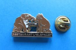 Pin's, Elefant,Restaurant L'Elephant,Elef.de Gauche Petite Trace D'usure Sur De Dos - Space