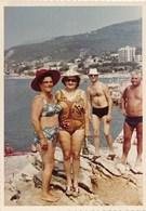 REAL PHOTO, Two Swimsuit Hat Women And Men On  Beach Scene Femmes Et Hommes Sur La Plage Old Photo ORIGINAL - Photos