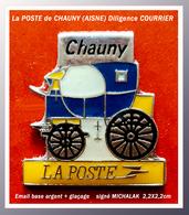 """SUPER PIN'S POSTES : """"La Dilligence"""" De La POSTE De CHAUNY (AISNE) émail Base Argent + Glaçage, Signé MICHALAK 2,2X2,2cm - Mail Services"""