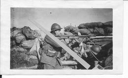 Soldat Français Dans La Tranchée Avec Fusil Mitrailleur Chauchat En Position De Tir 1 Photo Ww1 1914-1918 - War, Military