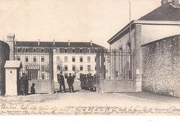 CPA PRECURSEUR LAVAL (53) ENTREE DE LA CASERNE SCHNEIDER - ANIMEE - Laval