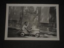 Petite Photo Ancienne Enfant Dans Voiture Jouet - 1939 - 9 X 6.5 Cm. - Snapshot - Automobiles