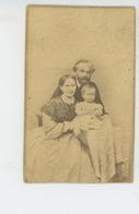 RUSSIE - RUSSIA - Portrait De Famille (nom Du Photographe Au Dos) - Photo Sur Support Cartonné Format 9,4X6 Cm - Russie