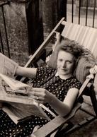 Photo Originale Lecture & Farniente Pour Lectrice Au Transat Vers 1960 - Pin-ups