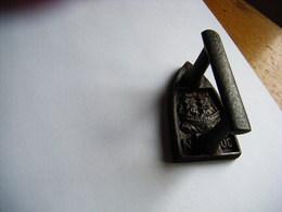JOUET ANCIEN OU  FER A REPASSER MINIATURE 19° MOTIF D'UN NAVIRE A VOILES CARAVELLE NUMERO 00 - Populaire Kunst