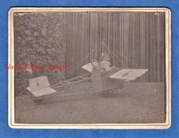 Photo Ancienne Avant Ou Début 1900 - Portrait D'une Petite Fille Dans Un Avion Modéle Réduit - Enfant Jouet Toy Pose - Antiche (ante 1900)