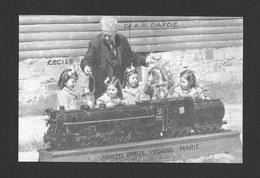 ENFANTS - LES QUINTUPLÉES - LES JUMELLES DIONNE ET LEURS MÉDECIN DR. A.R. DAFOE - NÉES EN 1934 À CALLANDER ON. - Groupes D'enfants & Familles
