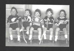 ENFANTS - LES QUINTUPLÉES - LES JUMELLES DIONNE NÉES EN 1934 NÉES À CALLADER ON. HABILLÉES AVEC CHANDAILS DE HOCKEY - Groupes D'enfants & Familles