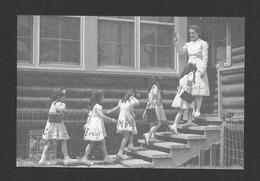 ENFANTS - LES QUINTUPLÉES - LES JUMELLES DIONNE NÉES EN 1934 NÉES À CALLADER ON. À L'ÉCOLE - Groupes D'enfants & Familles