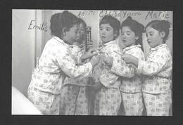 ENFANTS - LES QUINTUPLÉES - LES JUMELLES DIONNE NÉES EN 1934 NÉES À CALLADER ON. EN PIJAMAS - Groupes D'enfants & Familles