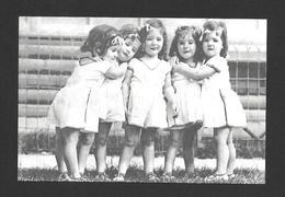 ENFANTS - LES QUINTUPLÉES - LES JUMELLES DIONNE NÉES EN 1934 NÉES À CALLADER ON. - Groupes D'enfants & Familles