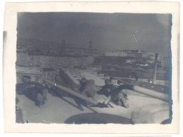 Photo Ancienne Soldats Allongées Près Du Vieux Port ? Marseille Pont Transbordeur - Guerre, Militaire