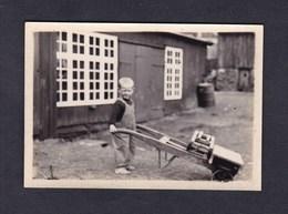 Photo Amateur Vintage Snapshot Torshavn Iles Feroe Jeune Garcon Et Brouette - Orte