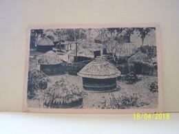 RHODESIE. ZAMBIE. UN KRAAL. LES HUTTES SONT CONSTRUITES EN RUCHES D'ABEILLES, AVEC DES MATERIAUX TRES PRIMITIFS. - Zambie