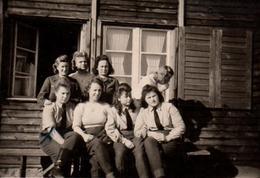 Photo Originale Guerre 1939-45 Bund Deutscher Mädel, Jungmädelbund, NS-Frauenschaft En Uniforme à La Caserne - Krieg, Militär
