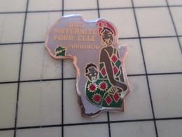 PIN313E Pin's Pins / Rare Et Beau : AFRIQUE MERE ENFANT UNE MATERNITE POUR ELLE PIANDROU - Medical