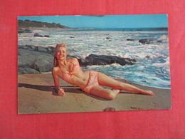 Pin-Ups -Girl On Beach  Ref 2928 - Pin-Ups