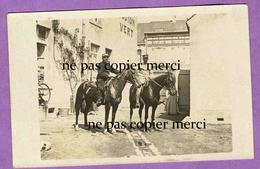 VITRY AUX LOGES - LOIRET - Carte Photo De Militaires A Cheval Dans La Cour D' Un Commerce ( Actuellement Rue Gambetta ) - France