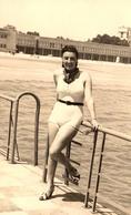 Photo Originale Plage & Maillot De Bain Pour Pin-Up Sexy En Bord De Mer Vers 1940 - Maillot & Chaussures De Ville ! - Pin-Ups