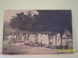 BENIN. DAHOMEY. MOYEN NIGER. HAOUSSA OU GAMBARY. LA VISITE DES MARCHANDISES AU PASSAGE. - Benin