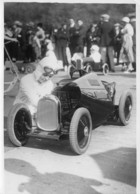 LE CHAMPIONNAT DES JOUETS SPORTIFS 1933 SUR L'ESPLANADE DES INVALIDES LE CHAMPION EXAMINE SON MOTEUR A PEDALES - Automobiles