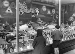 LES VITRINES DE GRANDS MAGASINS PARISIENS  SE GARNISSENT DE JOUETS DE NOEL- - Automobiles