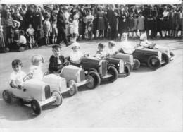 PARIS 1933, CHAMPIONNAT DES JOUETS SPORTIFS SUR L'ESPLANADE DES INVALIDES DEPART DE LA COURSE D'AUTOS MINIATURES - Automobiles