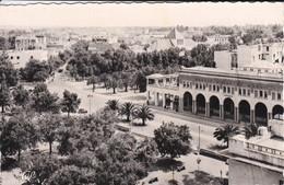 MAROC---FES---La Ville Nouvelle Vue Générale Sur La Place Lyautey--( Peu Courante )--voir 2 Scans - Fez (Fès)