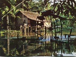 Cambodge Le Monde D'angkor Habitation Sur Pilotis Avec Sa Roue A Aubes Au Bord De La Riviere Siem Reap - Cambodge