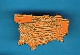 PIN'S //   ** BLOC MOTEUR ** CAMION / TRACTEUR / MANUTENTION / ENGIN DE CHANTIER / GRUE ** - Transportation