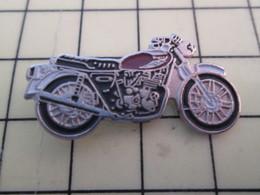 PIN713M Pin's Pins / Rare Et Beau : MOTO DE ROUTIERE RETRO NOIRE ET ROUGE SANG - Motorbikes