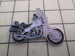 PIN513K Pin's Pins / Rare Et Beau : MOTO ROUTIERE BLANCHE ET NOIRE GENRE HARLEY - Motorbikes